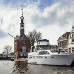 Blick während einer Grachtenfahrt in Alkmaar auf den Glockenturm Accijnstoren