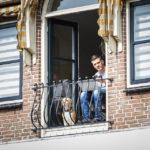 Ein Mann mit Hund beobachtet unsere Grachtenfahrt in Alkmaar