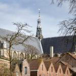 Blick während einer Grachtenfahrt in Alkmaar auf die Laurenskerk