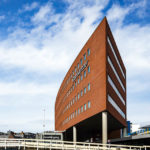 Blick während einer Grachtenfahrt in Alkmaar auf das Verwaltungsgebäude Stadskantoor