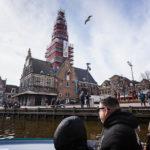 Blick während einer Grachtenfahrt in Alkmaar auf De Waag
