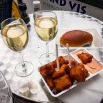 Kibbeling mit Weißwein im Fischkiosk Hoogland Vis in Alkmaar