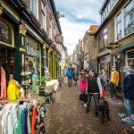 In den kleinen Gassen von Alkmaar laden kreative Geschäfte zum Stöbern ein