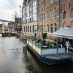 Das Bierlokal Proeflokaal De Boom auf einem Hausboot in Alkmaar