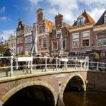 Ein Straßencafé vor historischen Häusern in Alkmaar