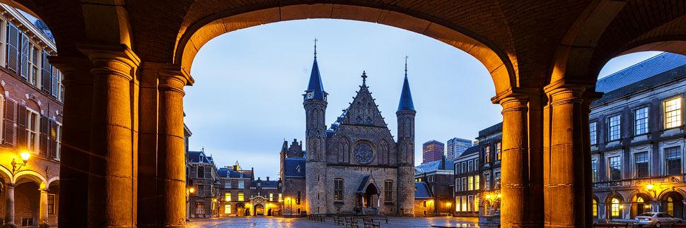 Abendlich beleuchteter Binnenhof in Den Haag
