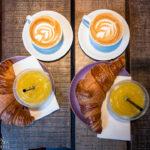 Zwei Cappuchino und Croissants in der Coffee Company in Den Haag