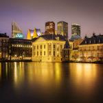 Abendaufnahme des Hofvijver (Hofteich), des Mauritshuis mit Binnenhof und der Skyline von Den Haag