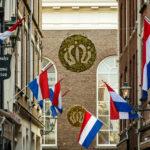 Viele Straßen in Den Haag sind mit Fahnen und Kronen geschmückt