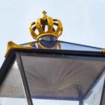 Auf zahlreichen Straßenlaternen von Den Haag ist eine goldene Krone zu finden