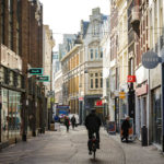 Eine der wunderschönen Straßen in der Innenstadt von Den Haag