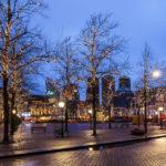 Abendaufnahme des Platzes Plein in Den Haag
