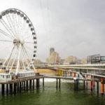 Blick vom Ende des Piers auf das Riesenrad und den Strand von Scheveningen