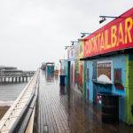 Im strömenden Regen hatten alle Lokale auf dem Pier von Scheveningen geschlossen