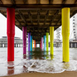 Bunte Träger unter dem Pier von Scheveningen