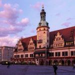Altes Rathaus auf dem Markt in Leipzig während eines Sonnenuntergangs
