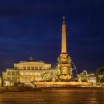Mendebrunnen und Leipziger Oper auf dem Augustusplatz in Leipzig