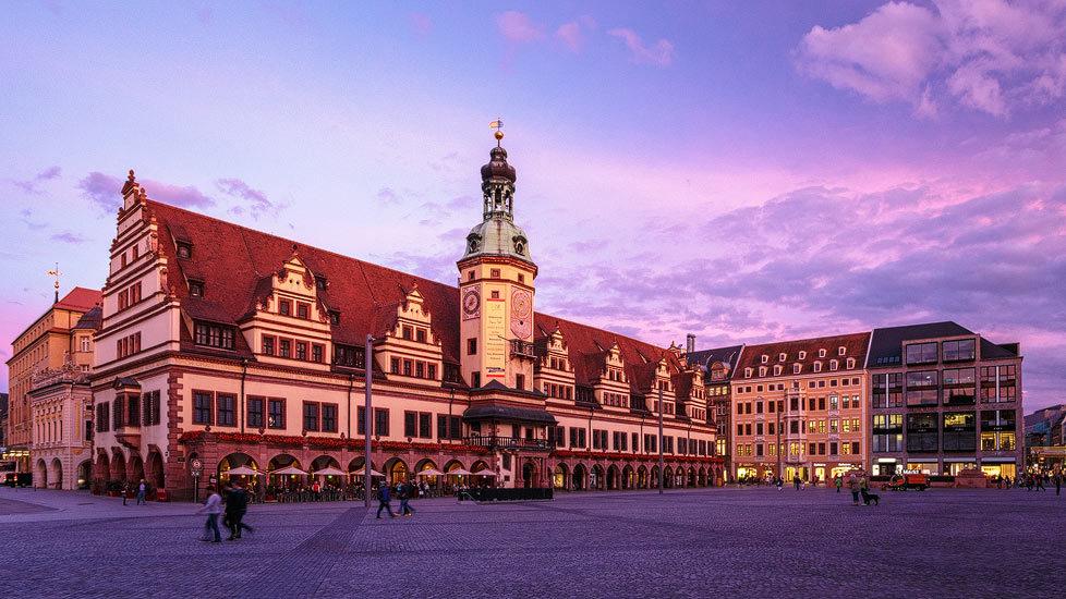 Sonnenuntergang am Markt mit Altem Rathaus in Leipzig