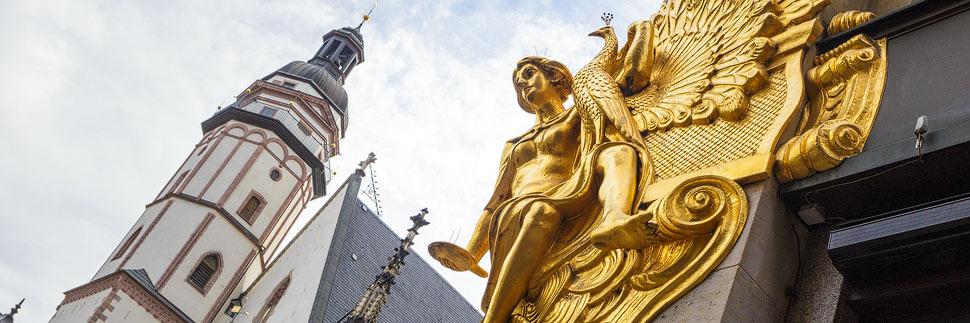 Goldene Engelsfigur am Alten Amtshaus in Leipzig