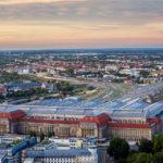 Blick von der Aussichtsplattform des Panorama Tower auf den Hauptbahnhof in Leipzig