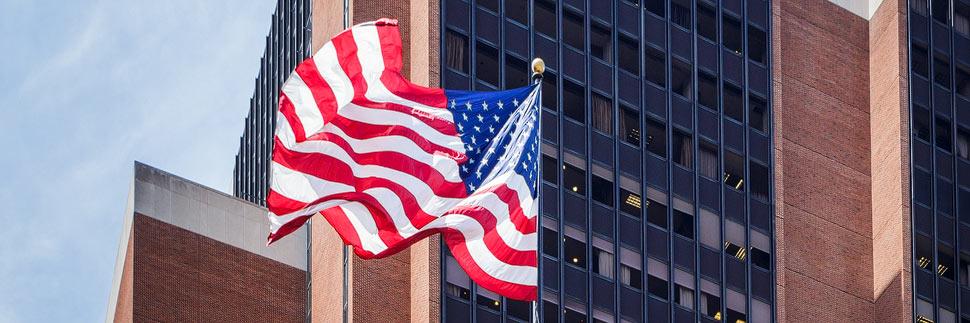 Fahne der USA vor einem Gebäude in Philadelphia