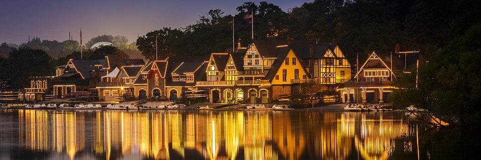 Beleuchtete Boat House Row in Philadelphia