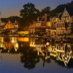Beleuchtete Häuserzeile Boathouse Row in Philadelphia