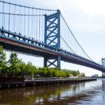 Die Ben Franklin Bridge vor dem Holiday Inn Express Hotel Philadelphia Penns Landing