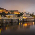 Beleuchtetes Museum of Art, das alte Fairmount-Wasserwerk und Teile der Skyline in Philadelphia
