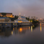 Panorama des beleuchteten Museum of Art, des alten Fairmount-Wasserwerks und Teilen der Skyline in Philadelphia