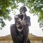 """Skulptur """"Der Denker"""" von Auguste Rodin vor dem Rodin Museum in Philadelphia"""