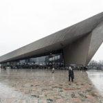Außenansicht des Rotterdamer Hauptbahnhofs Centraal im Regen