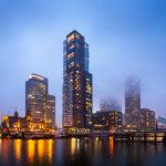 Beleuchtete Hochhäuser im Stadtteil Kop van Zuid von Rotterdam