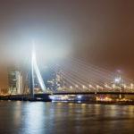 Die beleuchtete Erasmusbrug von Rotterdam im Nebel
