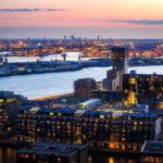 Blick von der Aussichtsplattform des Euromasts auf den Rotterdamer Hafen im Sonnenuntergang