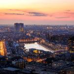 Blick von der Aussichtsplattform des Euromasts auf Rotterdam im Sonnenuntergang