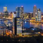 Blick von der Aussichtsplattform des Euromasts auf die Rotterdamer Skyline nach Sonnenuntergang