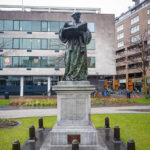 Erasmus-Statue vor der Laurenskerk in Rotterdam
