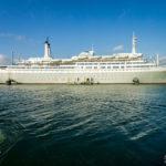 Das historische Kreuzfahrtschiff SS Rotterdam, gesehen während einer Hafenrundfahrt