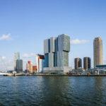 Panorama der Skyline von Rotterdam, gesehen während einer Hafenrundfahrt