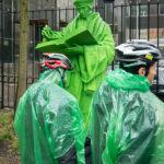 Grüne Männchen vor einer grünen Erasmus-Statue vor dem Schielandshuis