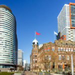 Das Hotel New York inmitten von Hochhäusern in Rotterdam