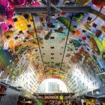 Bunte Decke in der Markthalle von Rotterdam