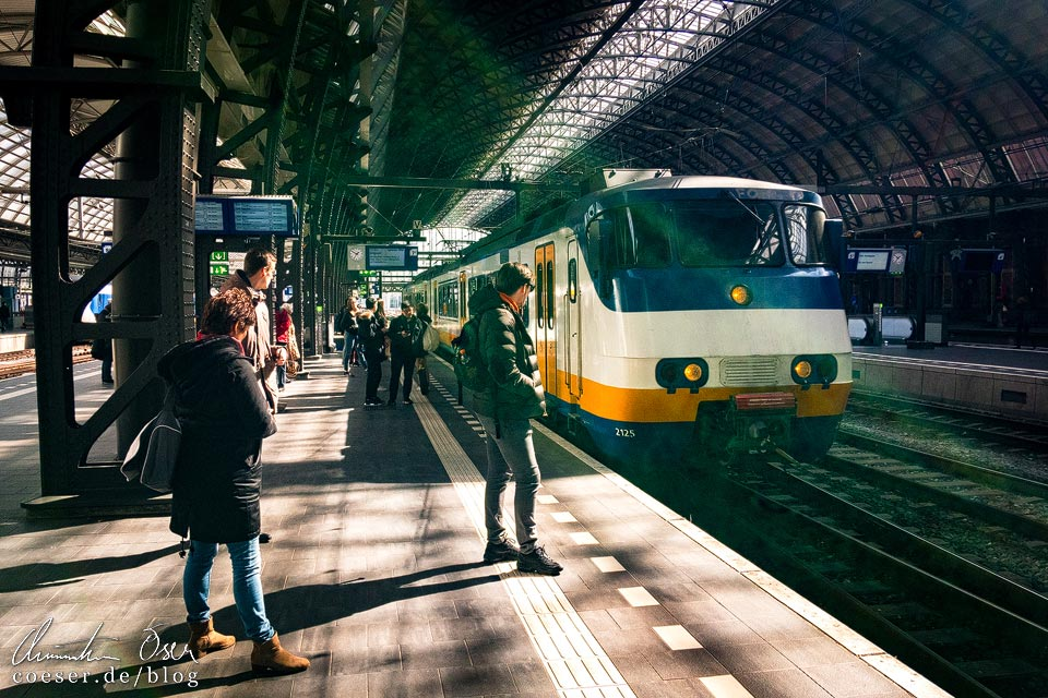 Sprinter auf dem Hauptbahnhof Amsterdam Centraal
