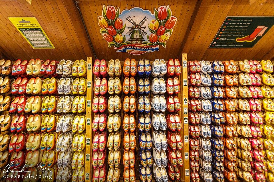Dutzende Klompen in der Holzschuhwerkstatt Klompenmakerij in Zaanse Schans