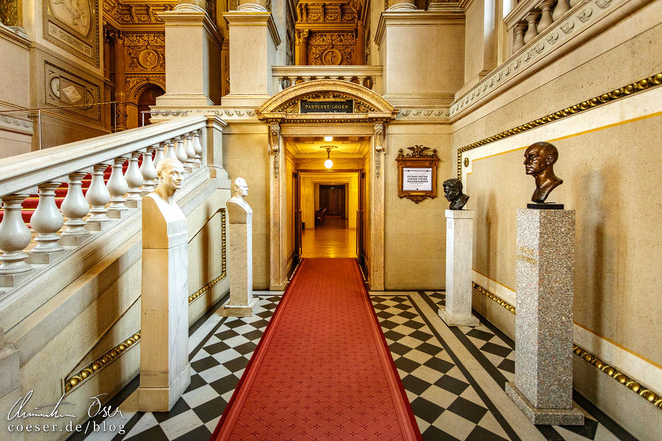 Schauspielerbüsten auf der Feststiege im Burgtheater in Wien