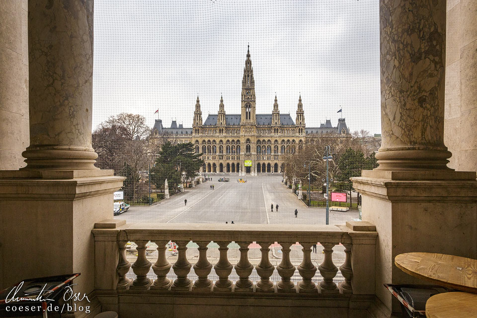 Blick vom Burgtheater auf das Rathaus in Wien