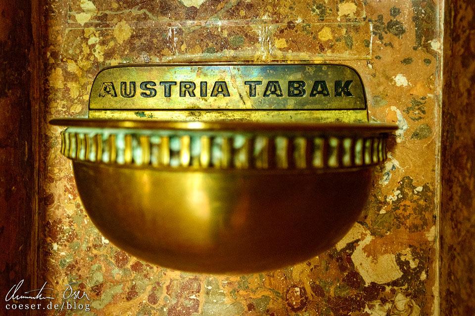 Goldener Aschenbecher im Burgtheater in Wien