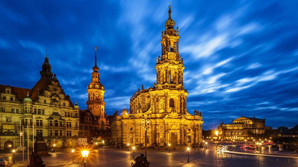 Hofkirche in Dresden während der blauen Stunde