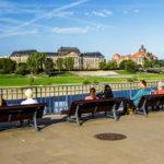 Menschen blicken von der Brühlschen Terrasse auf das Finanzministerium und die Sächsische Staatskanzlei